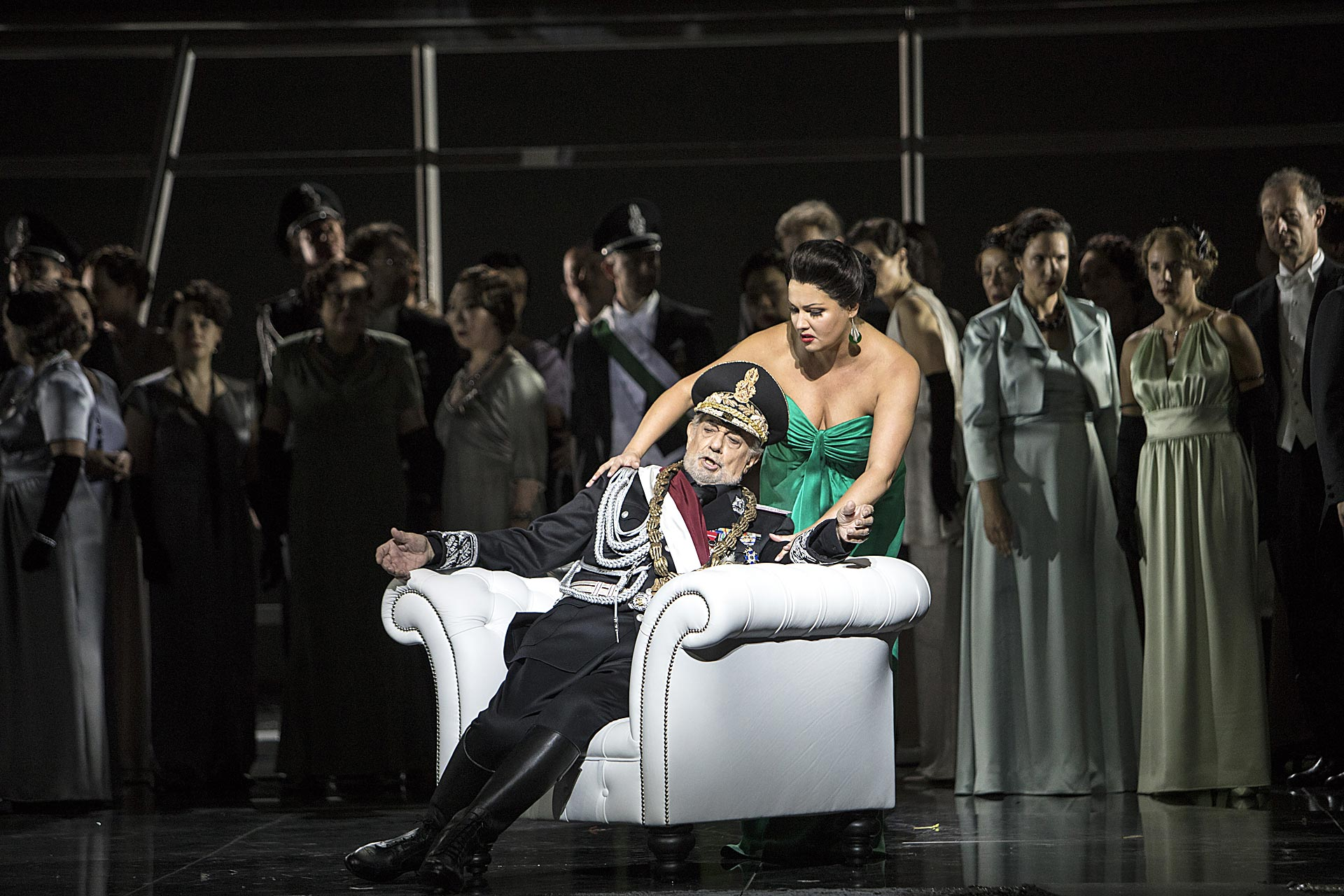 Plácido Domingo (Macbeth), Anna Netrebko (Lady Macbeth), Ensemble | Foto © Bernd Uhlig | Macbeth 41 (2)