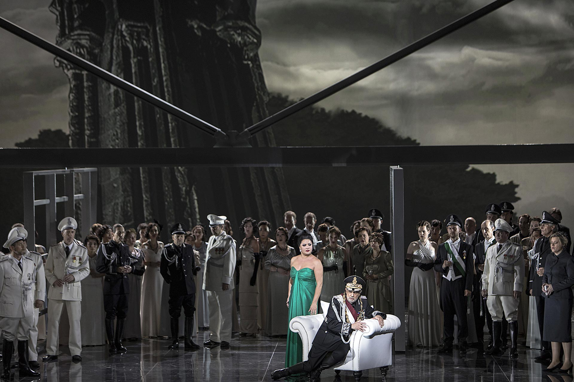 Anna Netrebko (Lady Macbeth), Plácido Domingo (Macbeth), Ensemble | Foto © Bernd Uhlig | Macbeth 85